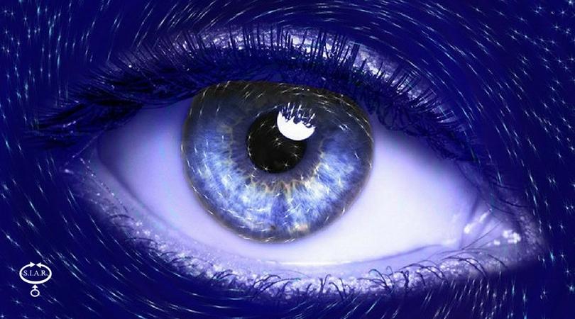 Occhio agli occhi di chi porta le lenti a contatto